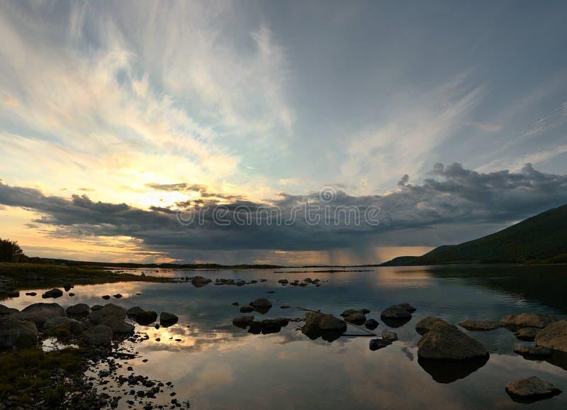 Solnedgången målar på floden Kamchatka arkivfoton