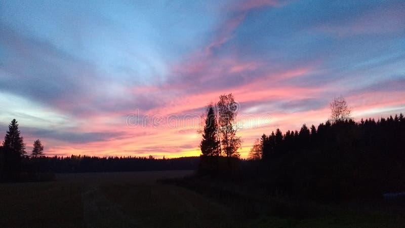 Solnedgången med att förbluffa färger av himlen royaltyfri fotografi