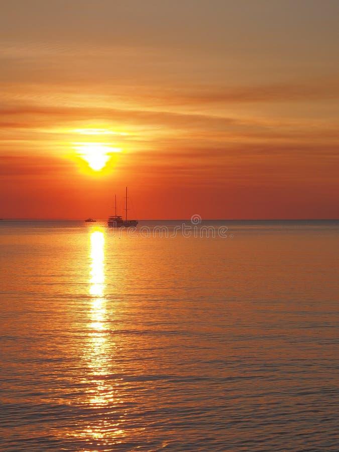 Solnedgången med fartyget och solen på Fannie skäller arkivbilder