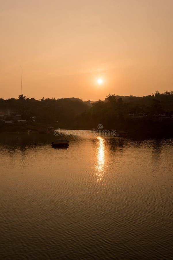 Solnedgången med floden arkivbilder