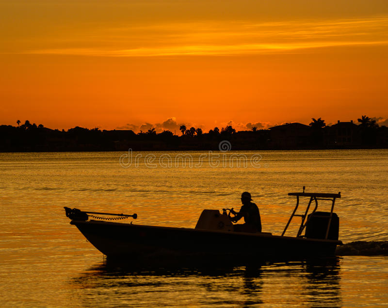 Solnedgången med konturn av ett fartyg på det inter-kust- i Belleair bluffar, FloridaSunset med konturn av ett fartyg på Iet arkivbilder