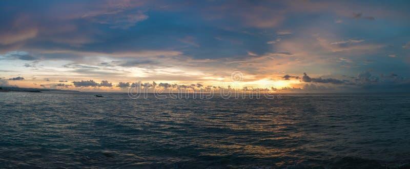 Solnedgången och havsikten på paradiset Candidasa sätter på land - Bali, Indone arkivfoton
