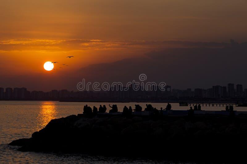 Solnedgången och konturn Mersin är i söderna av Turkiet royaltyfri fotografi