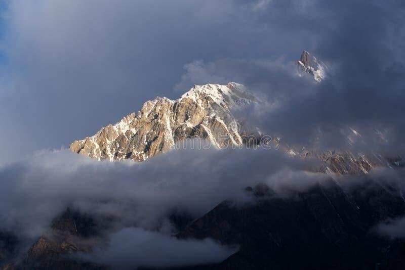 Solnedgången på bergmaximumet i den Karakoram bergskedjan tävlar royaltyfri bild