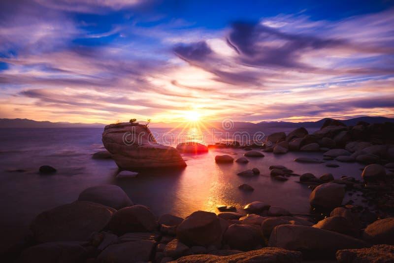 Solnedgången på Bonsai vaggar, Lake Tahoe, Nevada royaltyfria foton