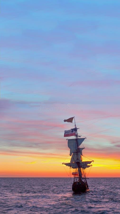 Solnedgången på det holländskt piratkopierar skeppet royaltyfria foton