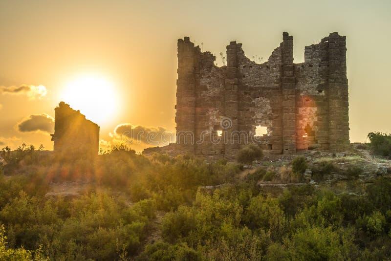Solnedgången på fördärvar av den forntida staden arkivfoton