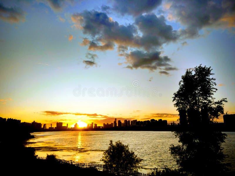 Solnedgången på floden arkivbild