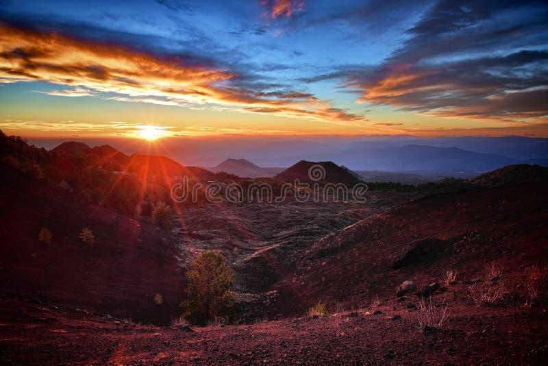 Solnedgången på gamla vulkaniska kottar arkivbilder