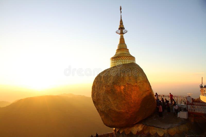 Solnedgången på guld- vaggar, Myanmar fotografering för bildbyråer