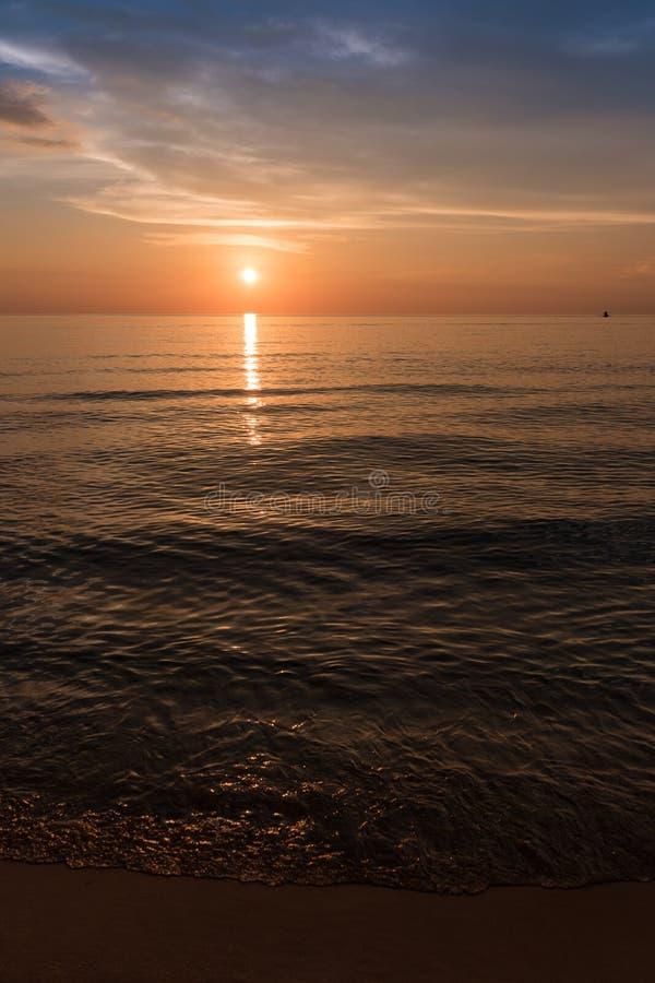 Solnedgången på härligt tömmer stranden Solnedgångstrand, Koh Rong Samloem arkivfoton