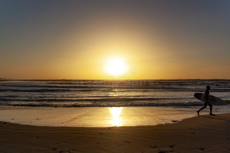 Solnedgången på havskusten är ideal för att surfa för afton arkivbild