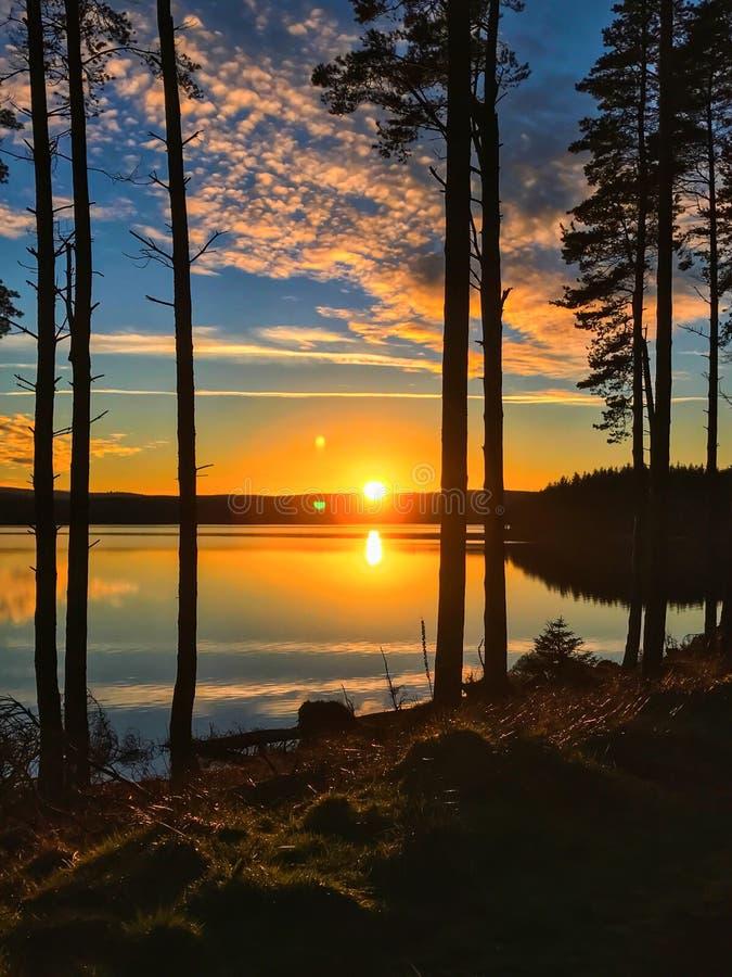Solnedgången på Kielder vatten, Northumberland parkerar, England arkivfoton