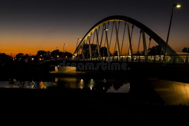 Solnedgången på Main Street band den ärke- upphängningbron över den Scioto floden i Columbus, Ohio royaltyfri foto