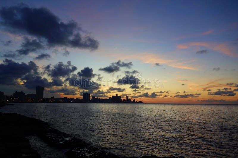 Solnedgången på Malecon, den berömda havannacigarren promenerar, var Habaneros, vänner och mest individuella fiskare möter allra, royaltyfri bild