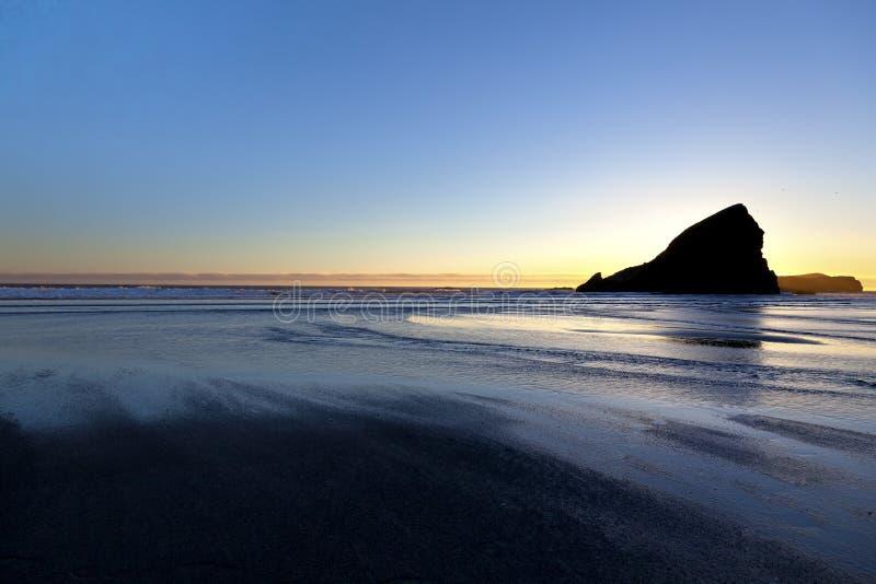 Solnedgången på oregonen seglar utmed kusten arkivbild