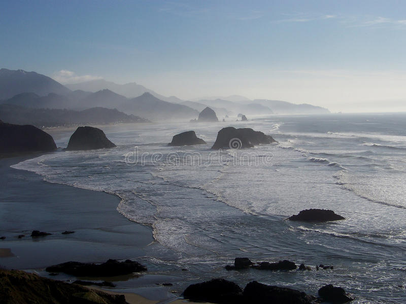 Solnedgången på oregonen seglar utmed kusten royaltyfria bilder