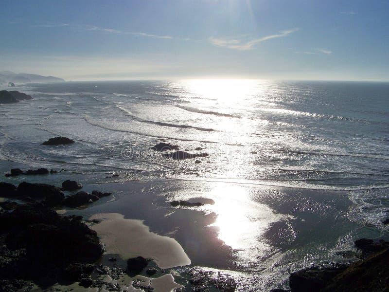 Solnedgången på oregonen seglar utmed kusten arkivfoto