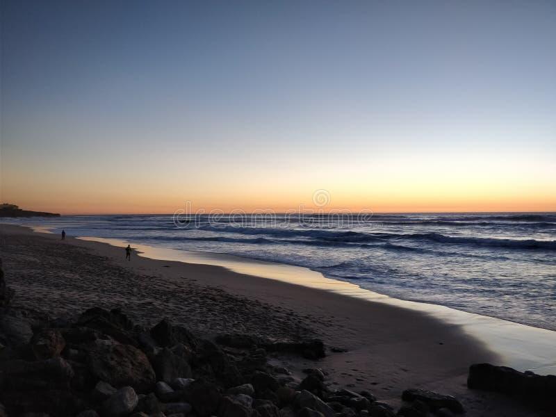 Solnedgången på Praya gör Guincho royaltyfri foto
