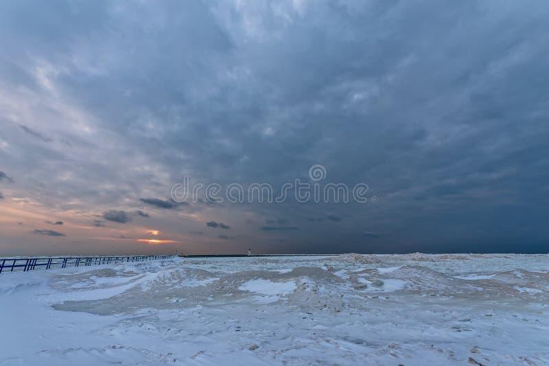 Solnedgången på Stearns parkerar i Ludington, MI arkivfoton