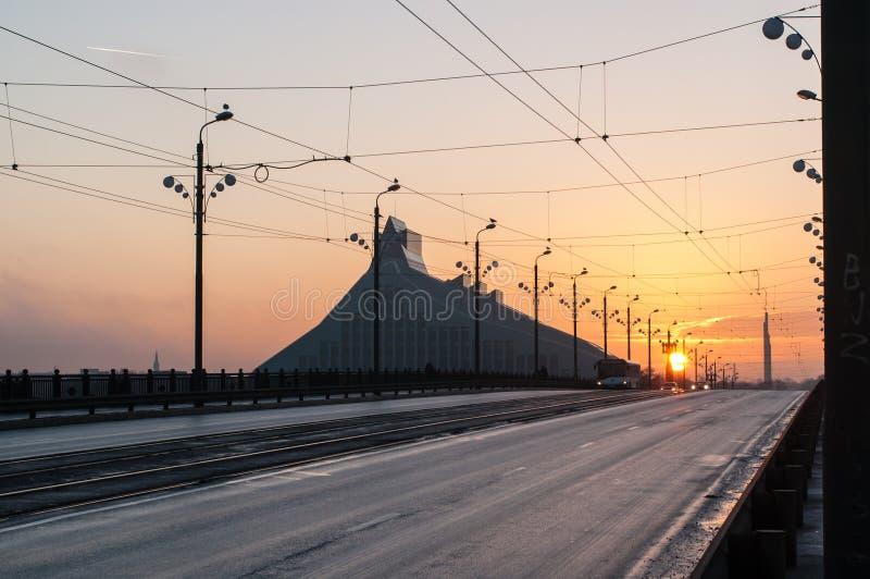 Solnedgången på stenbron Akmens vippar på i Riga royaltyfria bilder