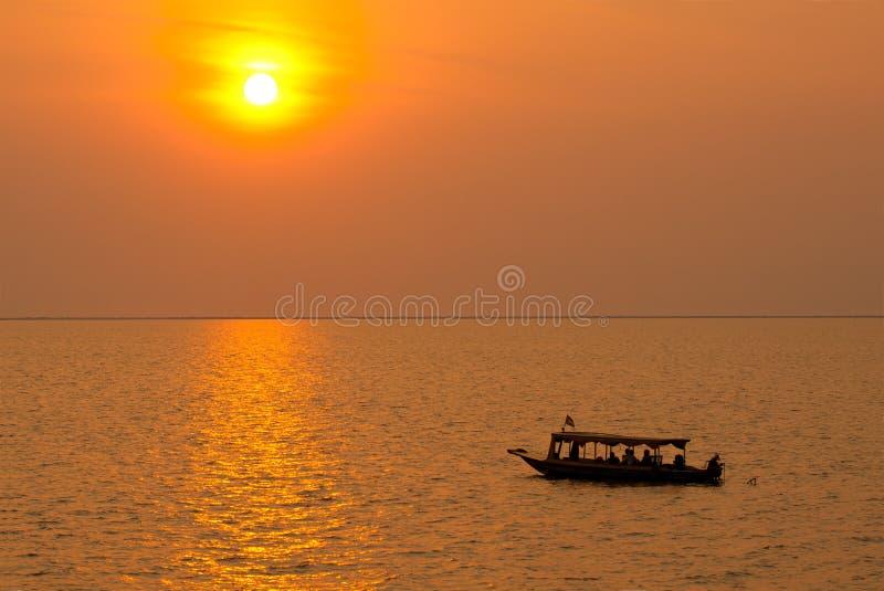 Solnedgången på Tonlen underminerar sjön royaltyfri fotografi