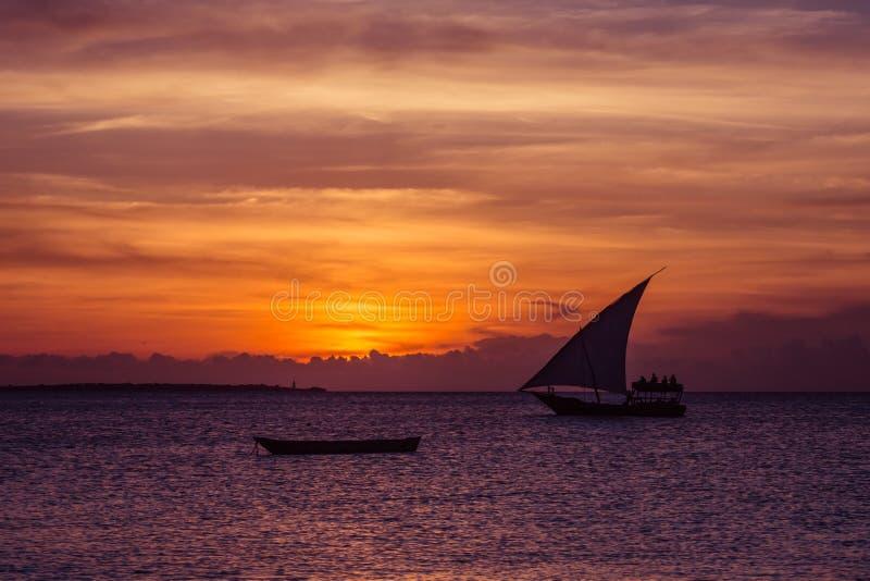 Solnedgången seglar nära den Zanzibar ön arkivbilder