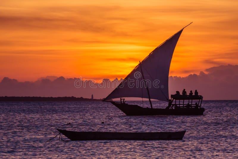 Solnedgången seglar nära den Zanzibar ön royaltyfria bilder