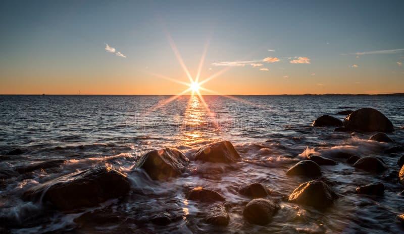Solnedgången som ses från, molen arkivfoton