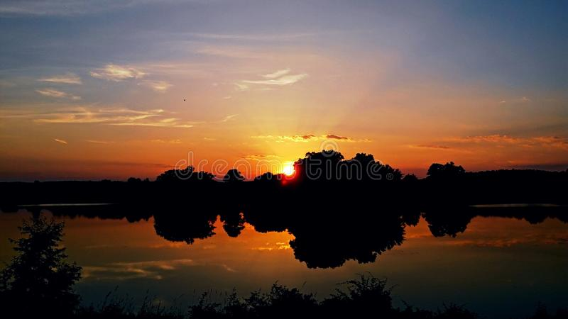 Solnedgångferiesjö arkivbilder