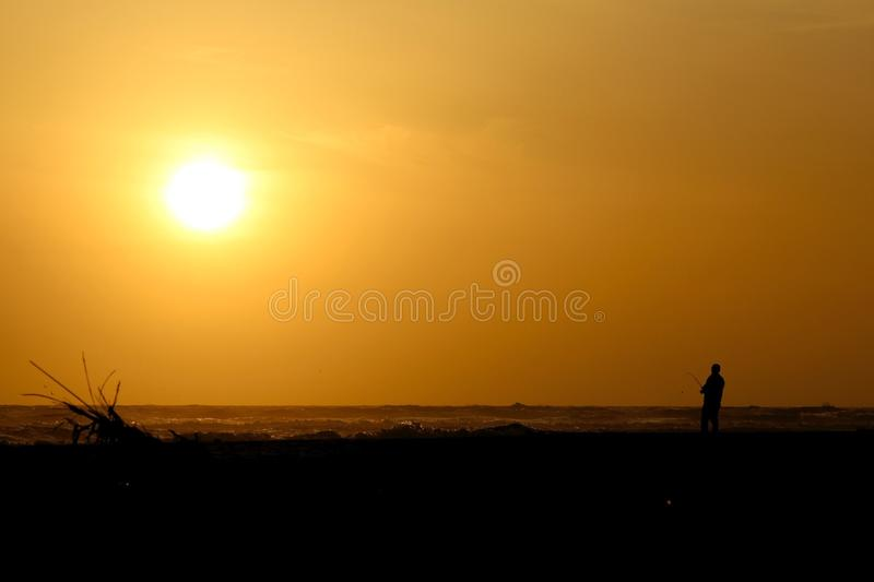 Solnedgångfiskare arkivfoto