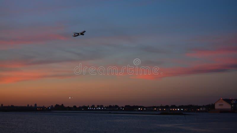Solnedgångflyg som avgår den LaGuardia flygplatsen NYC arkivfoto