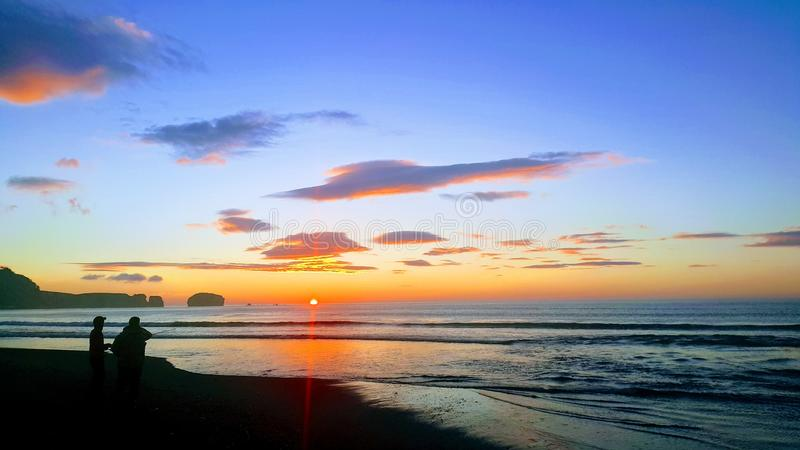 Solnedgånghav med man två arkivbild