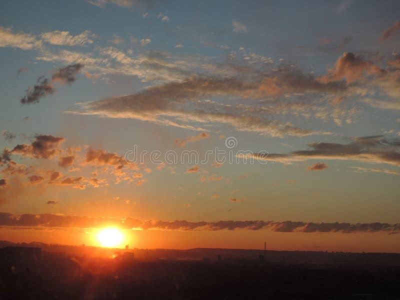 Solnedgånghimlen över staden fotografering för bildbyråer