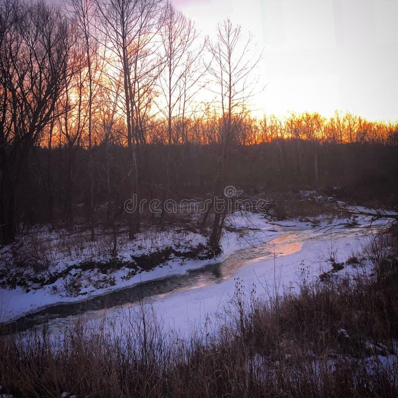 Solnedgånghimmel över floden arkivfoton