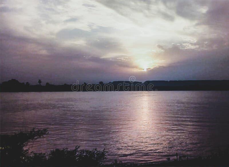 Solnedg?nghimmel ?ver Nil Luxor-Egypt fotografering för bildbyråer