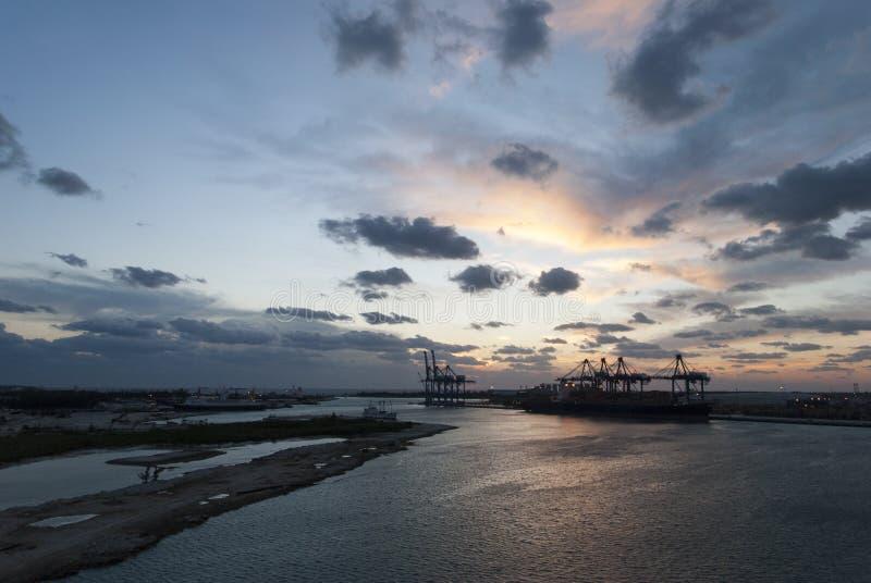 Solnedgånghimmel i bahamansk port royaltyfri foto
