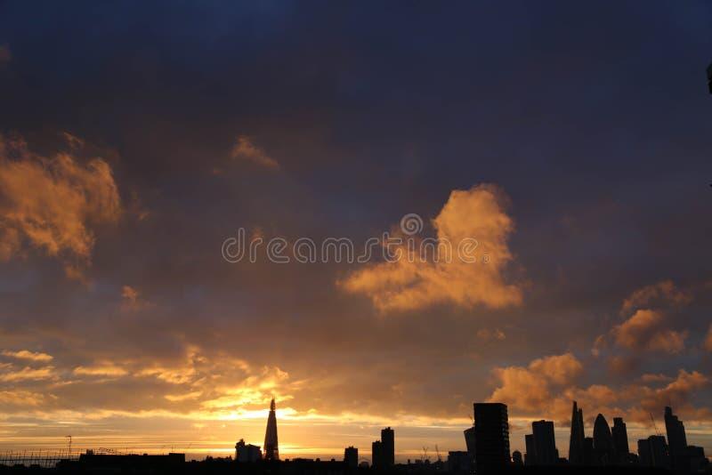 Solnedgånghimmel i staden av London arkivfoto