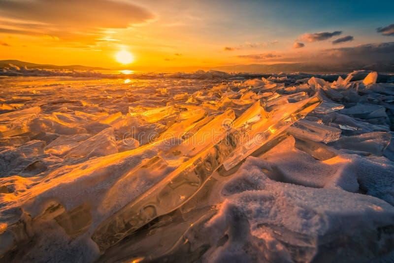 Solnedgånghimmel med naturlig brytande is över djupfryst vatten på Lake Baikal, Sibirien, Ryssland arkivfoto