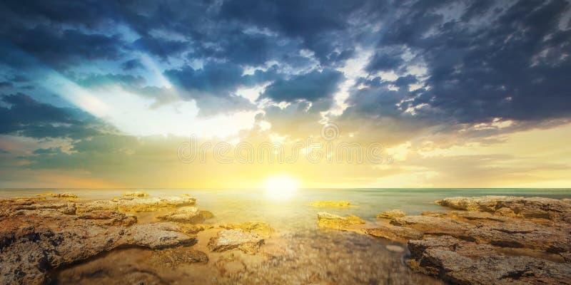 Solnedgånghimmel och tropiskt hav på skymning royaltyfri bild