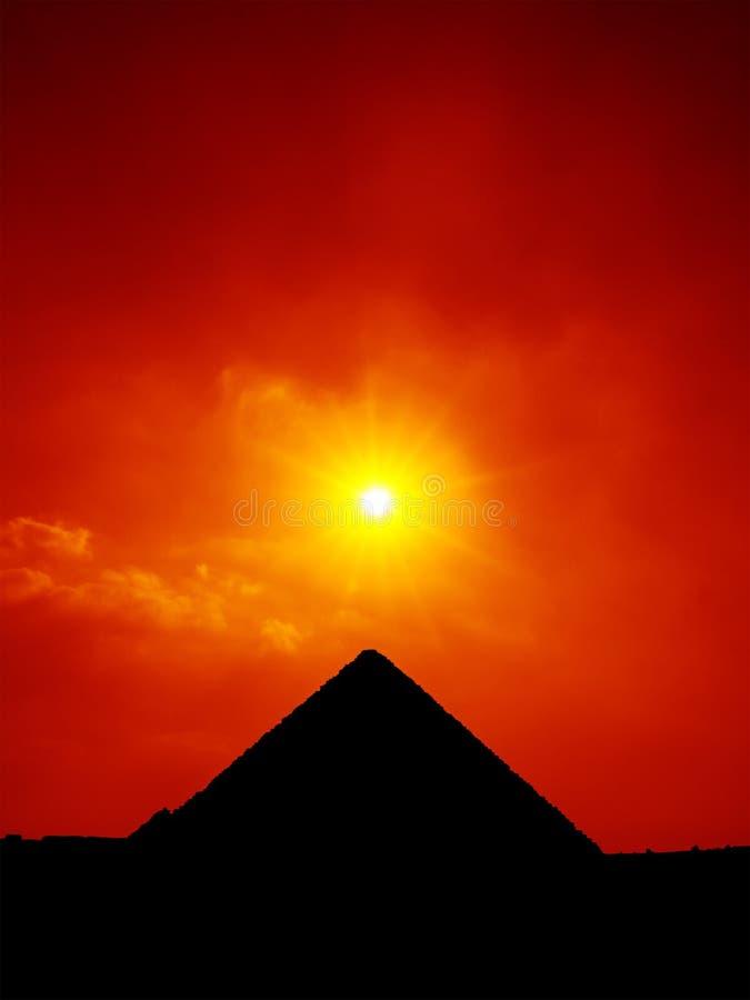 solnedgånghimmel på pyramiderna av den Giza Kairo Egypten fotografering för bildbyråer