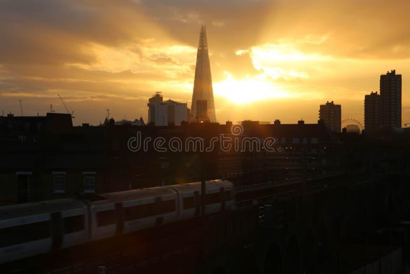 Solnedgånghimmel & skärva i staden av London royaltyfria foton