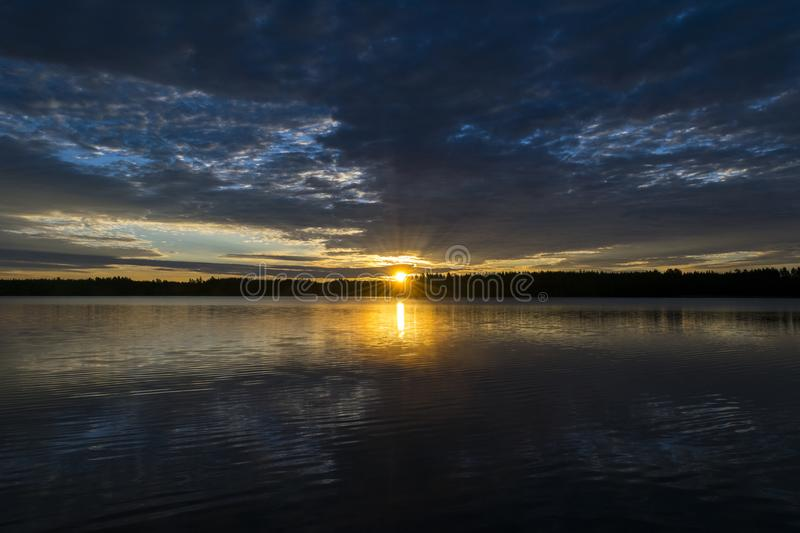 Solnedgånghimmelbakgrund Dramatisk guld- solnedgånghimmel med aftonhimmel fördunklar över havet Att bedöva himmel fördunklar i so royaltyfria foton