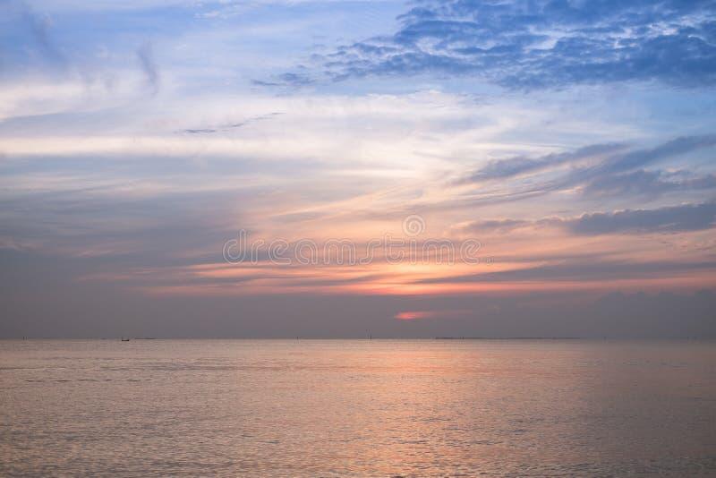 Solnedgånghimmelbakgrund på stranden royaltyfri bild