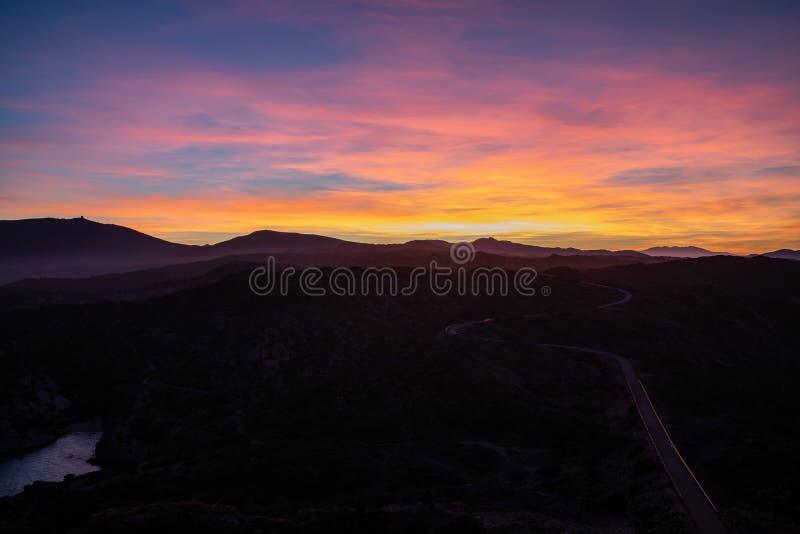Solnedgånghimmelsikt med kopieringsutrymme på Lock de Creus royaltyfri foto