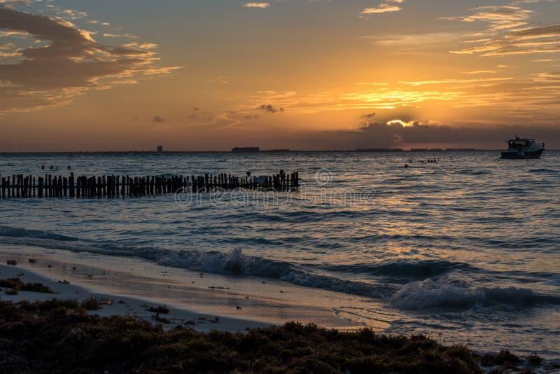 SolnedgångIsla Mujeres strand, tropiskt paradis som är karibiskt mexico royaltyfria foton