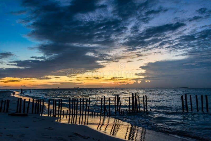 SolnedgångIsla Mujeres strand, tropiskt paradis som är karibiskt mexico arkivbild