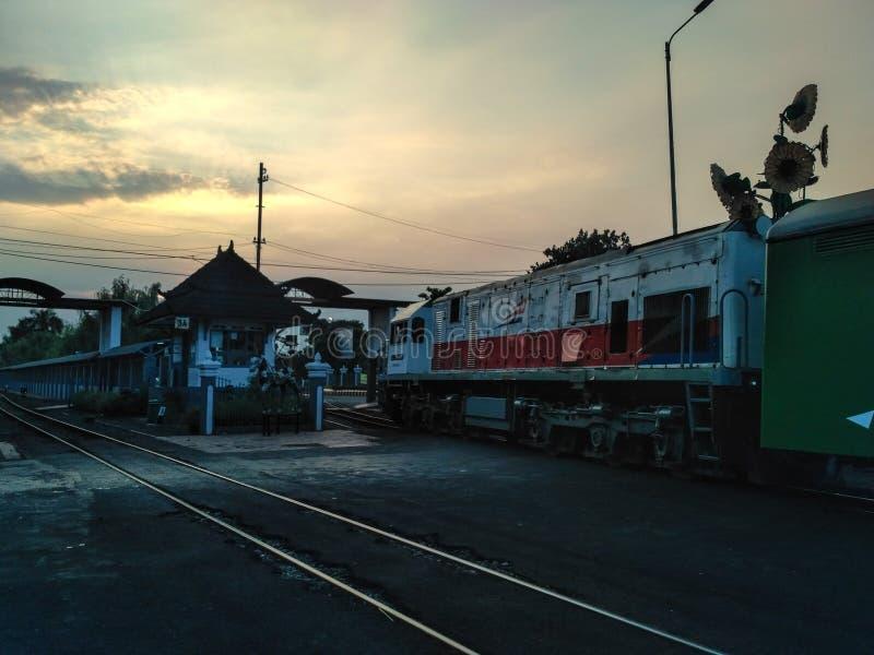 Solnedgångjärnväg i den Yogyakarta järnvägsstationen royaltyfria foton