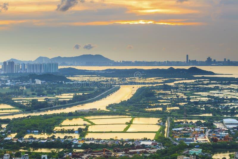 Solnedgångjordbruksmark och damm i Hong Kong arkivbild