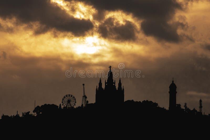 Solnedgångkontur av Barcelona& x27; nöjesfält för s Tibidabo arkivbilder